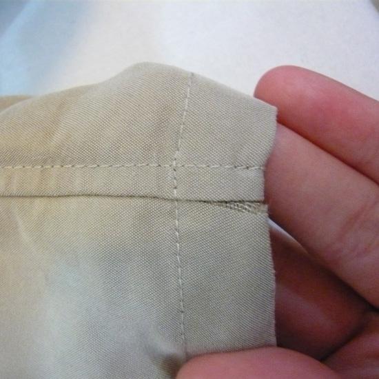 ほつれ直し:縫い目のところ、布目がよれて、裂けてる感じ。